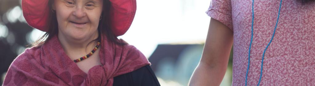 äldre kvinna i röd hatt