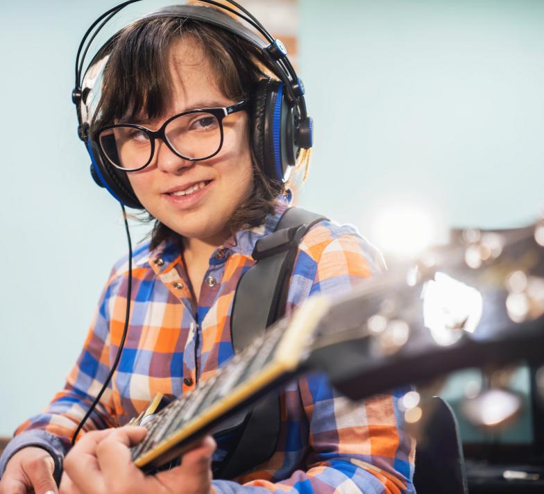 Pojke som spelar gitarr