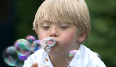 pojke som blåser såpbubbla