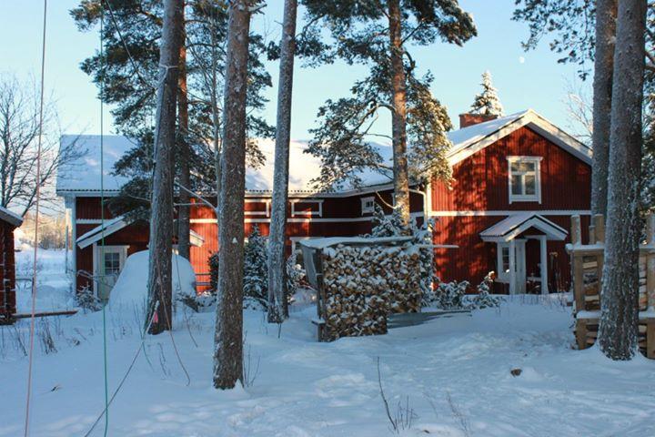 Rött hus med snö omkring