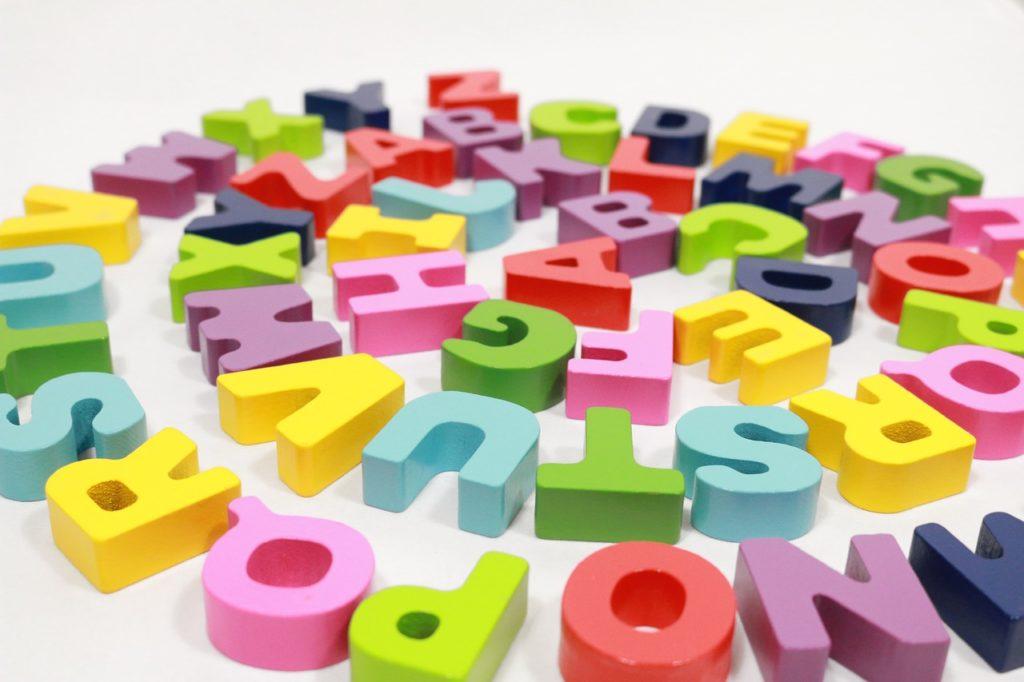 färgranna bokstäver i ring