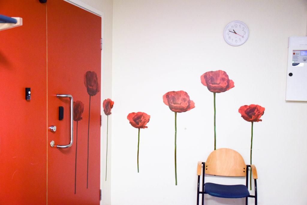 Rum med ett rött skåp