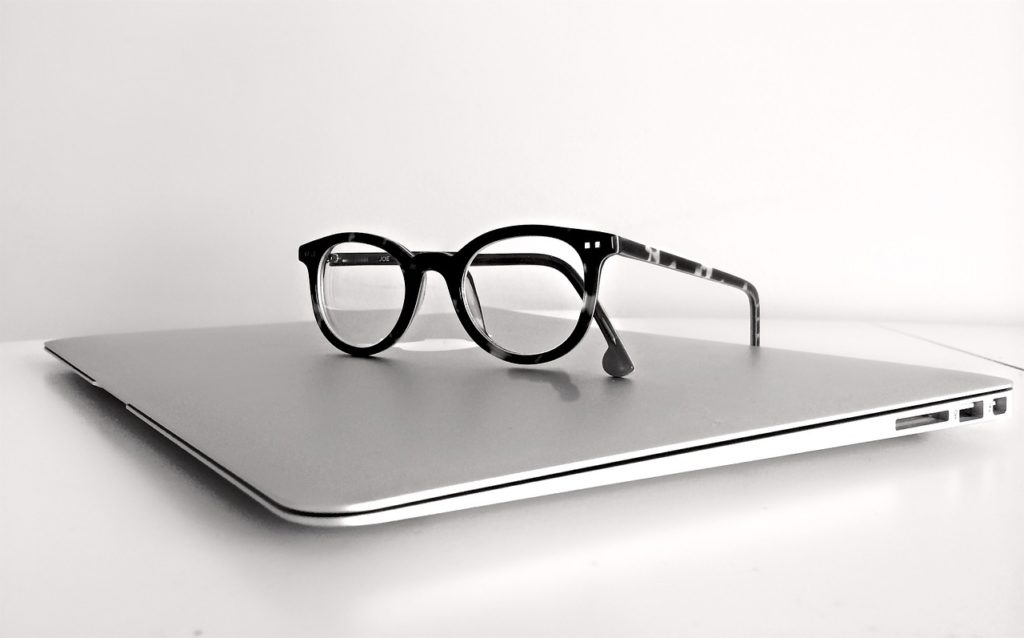 Glasögon placerade på en laptop