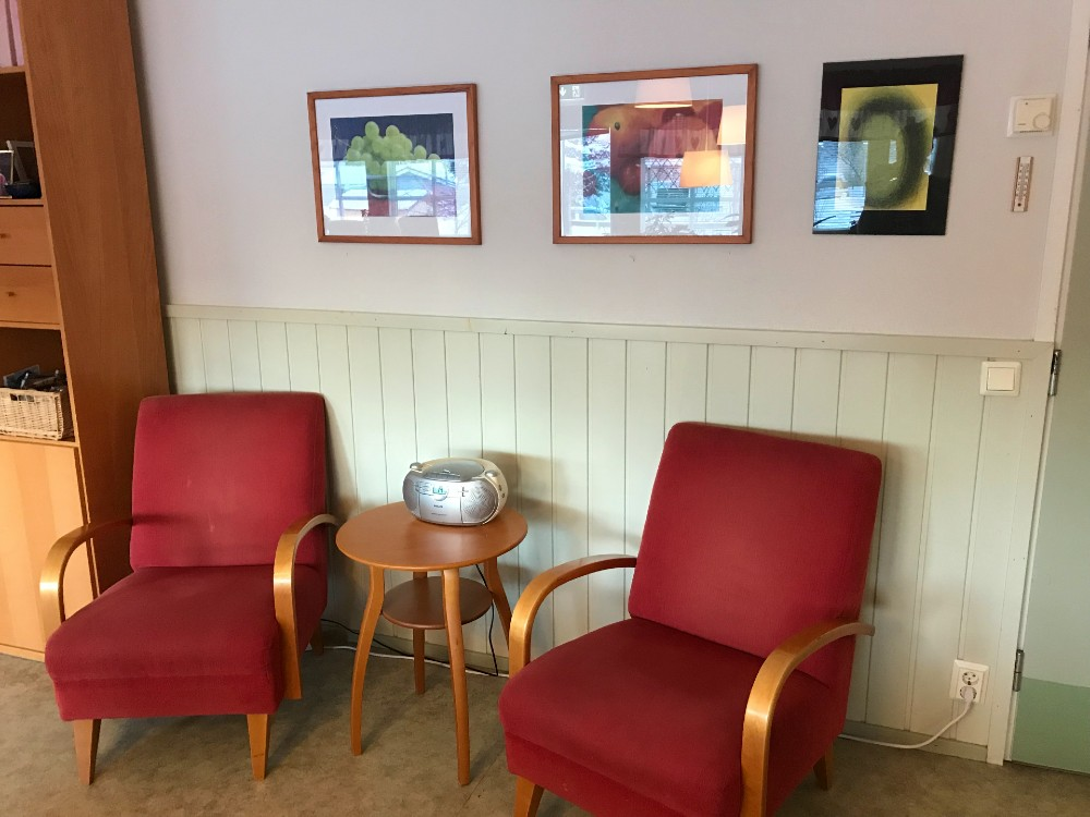 Två röda stolar