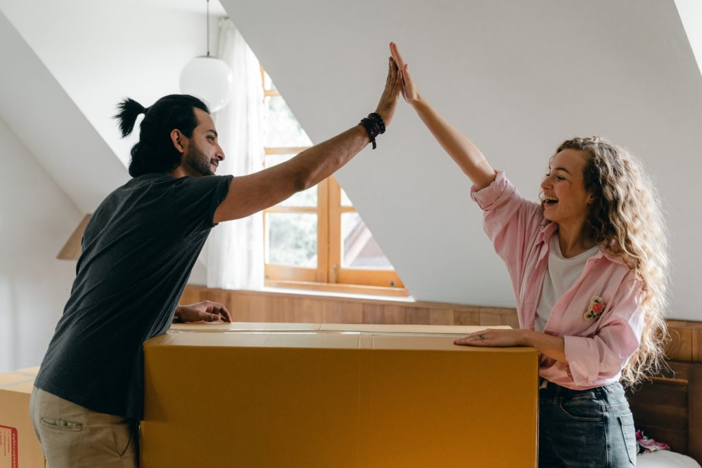 2 personer och en låda high five