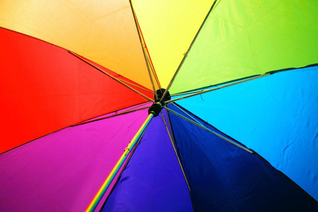 paraply i regnbågsfärger