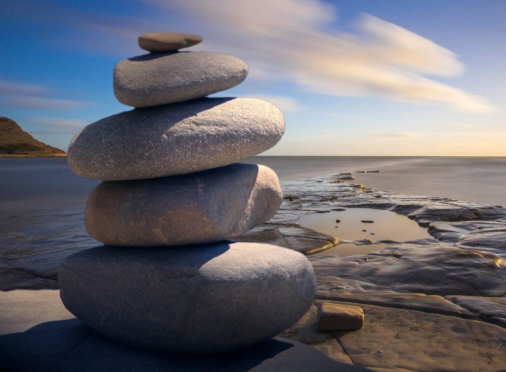 stenar ovanpå varann havet i bakgrund