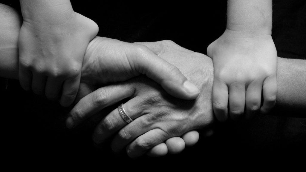 svartvit bild på händer