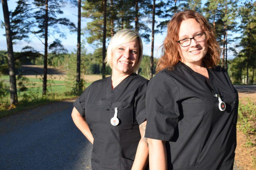 två vårdare som ler mot kamerna