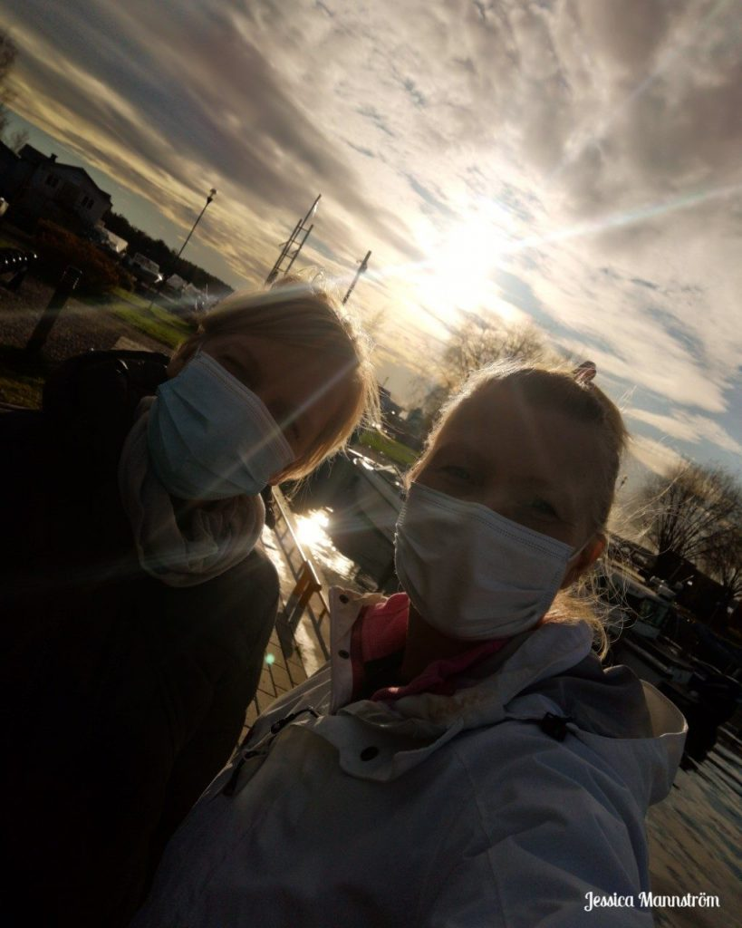 två vårdare i munskydd